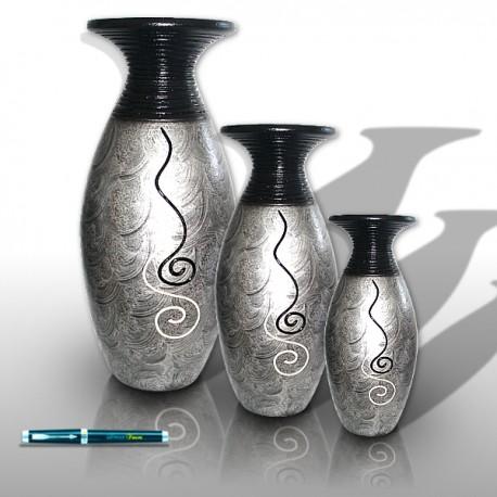 Trío de jarrones de color plateado con decoraciones ondulantes