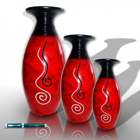 Trío de jarrones en tono rojizo con decoraciones ondulantes