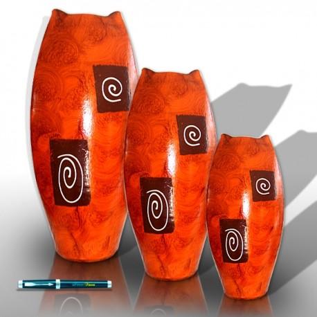 Trío de jarrones con forma aplanada de color naranja y decoraciones ondulantes.