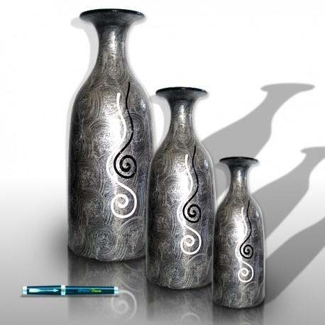 Trío de jarrones plateados con decoraciones ondulantes