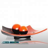 Plato naranja y marrón con esferas