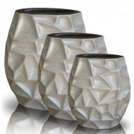 Tris di vasi in ceramica con lavorazione astratta.